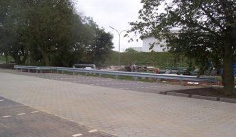 2_ESP_Einfache-Stahlschutzplanke_an_Sigma-Pfosten_gerammt_90Grad_Industrieecken_Kopfstuecke_TLSP_99